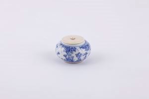 Image of Blue and white tea caddy with embroidered bag